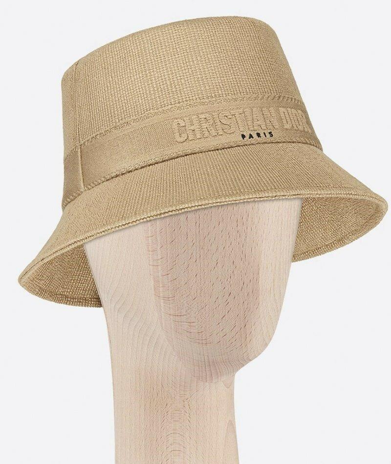 Dior. Доверьте Dior создать самую возвышенную шапку-ведро с нужным количеством стиля 90-х.
