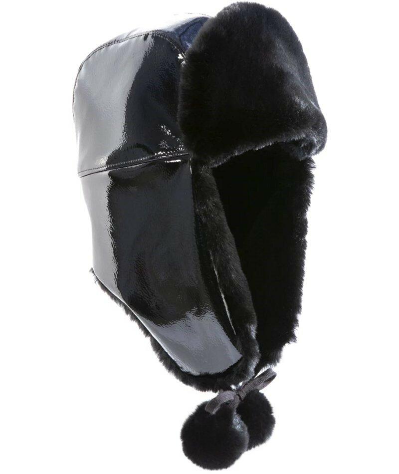 Лакированная шапка-траппер с искусственным мехом на подкладке от Eric Javits. Лаковый траппер неожиданно прагматичен для влажной зимней погоды.