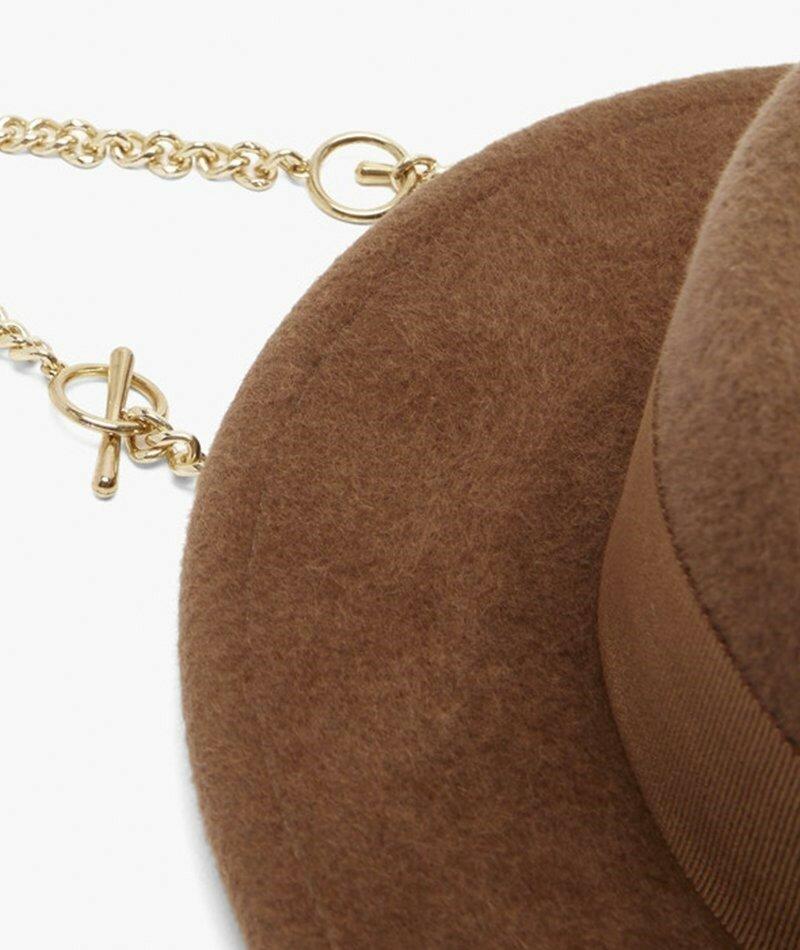 Руслан Багинский. Валяная шерстяная шляпа канотье с пирсингом и драпировкой. Отделка лентой Grosgrain и съемная золотая цепочка изящно подчеркивают эту богато-коричневую шляпу.