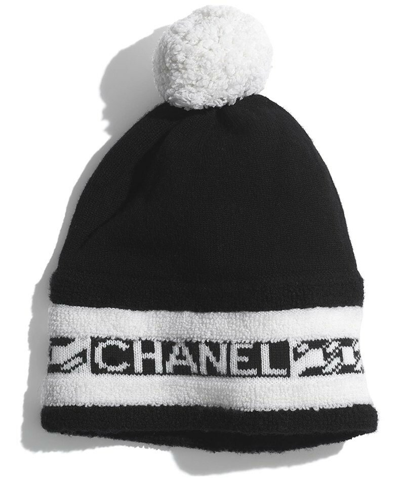 Шапка Шанель. Добавьте спортивный стиль любому зимнему образу с этой черно-белой шапкой из кашемира Chanel.