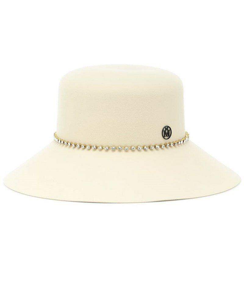 Шапка из шерсти и фетра с украшением от Maison Michel New Kendall. Эта жемчужно-белая шапка-ведро с безупречными линиями, и украшенная рядом кристаллов, придаст гламурный вид любому зимнему наряду.