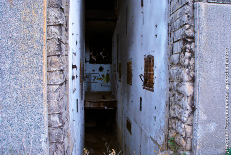 Первый этаж Крымской АЭС. Повсюду торчит арматура.