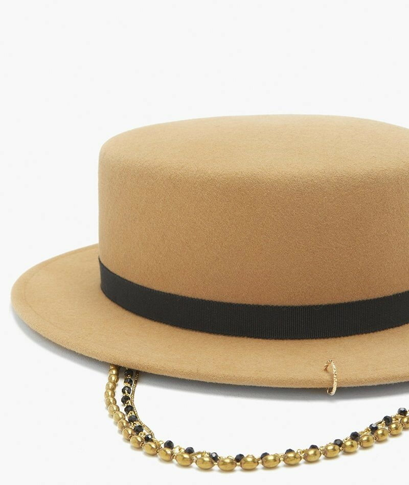 Фетровая канотье Maison Michel Augusta с цепочкой. Свисающие цепочки придают этой канотье из верблюжьей шерсти стильный образ, который воплощается в пиджаке, блузке с высоким воротом и брюках с высокой посадкой.